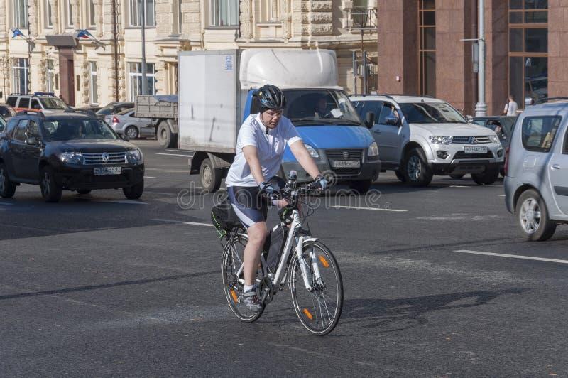 Download Moskva Ryssland 21 09 2015 Mannen På Cykeln Rider I Trafik På Teatergatan Redaktionell Bild - Bild av landmark, theatre: 78729191