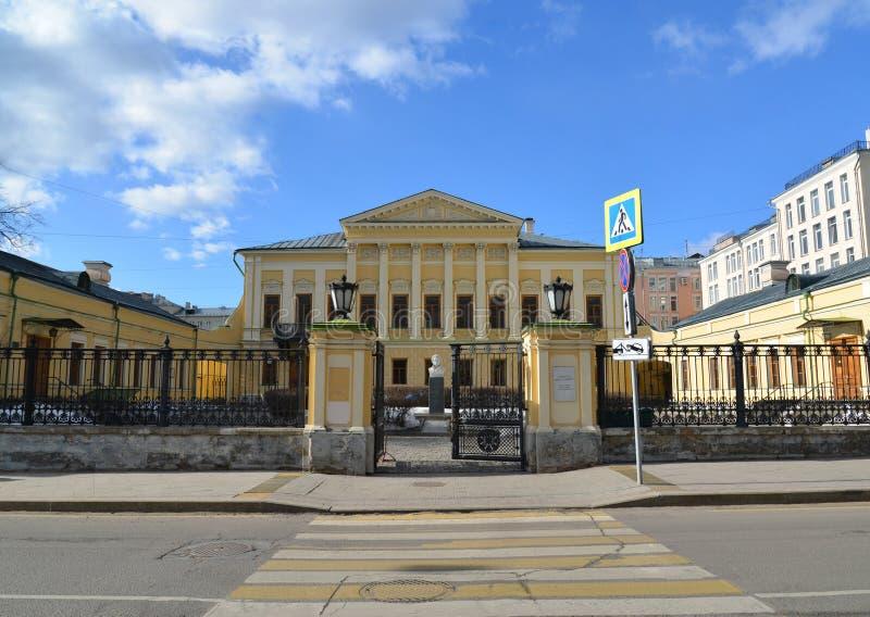 Moskva Ryssland - mars 14, 2016 arkivnamn av poeten Pushkin, tidigare gods Mamontov arkivfoton