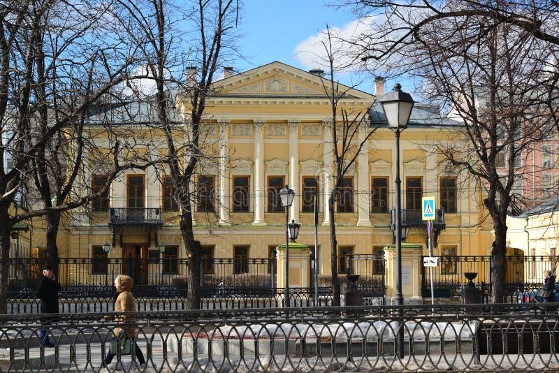 Moskva Ryssland - mars 14, 2016 arkivnamn av poeten Pushkin, tidigare gods Mamontov royaltyfria foton