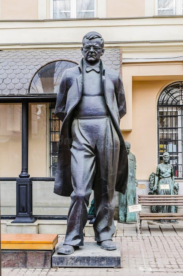 Moskva Ryssland-mars, 25, 2015: Bronsskulptur av kompositören Dmitry Shostakovich Författare av Tsereteli royaltyfri fotografi