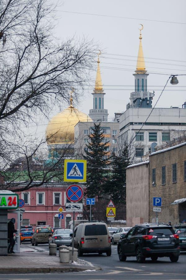 MOSKVA RYSSLAND - MARS 12, 2018: De förgyllda kupolerna av moskén som står högt ovanför byggnaderna av Moskva fotografering för bildbyråer