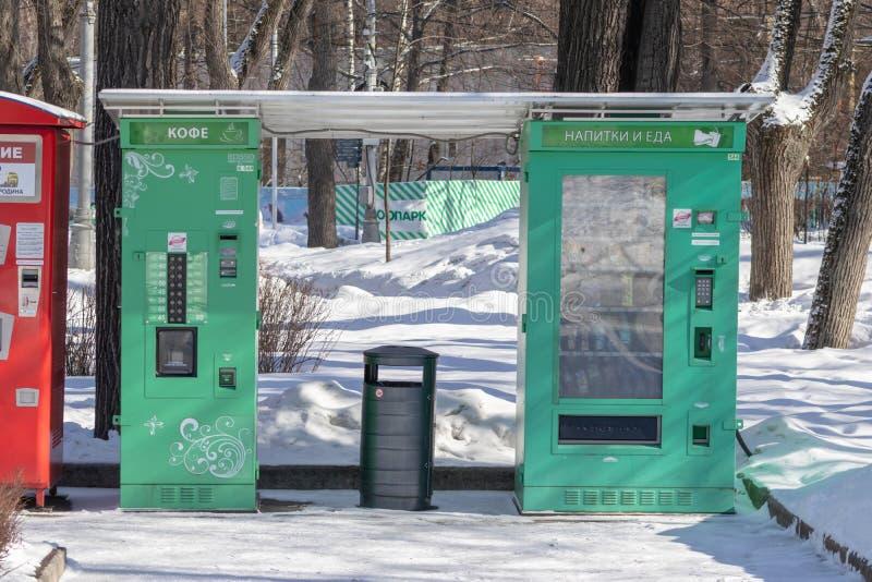 MOSKVA RYSSLAND - MARS 02, 2019: Försälja automatiserar för att sälja varma drinkar, parkerar drycker i staden i vinter - te och  royaltyfri fotografi