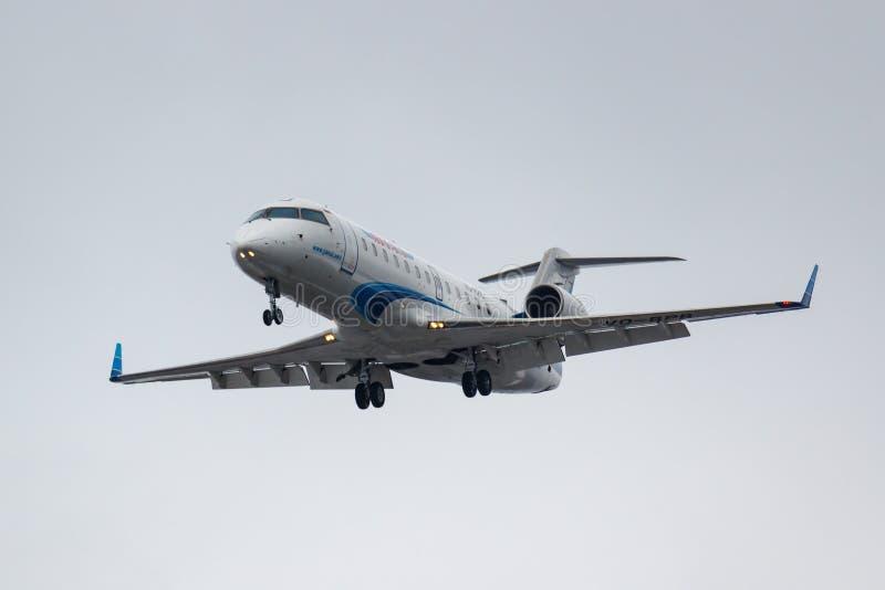 Moskva Ryssland - mars 17, 2019: FlygplanBombardier CRJ-200LR CL-600-2B19 VQ-BPB av Yamal flygbolag som går till att landa på arkivbilder