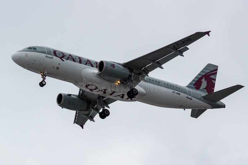 Moskva Ryssland - mars 17, 2019: Flygplanflygbuss A320-232 A7-AHD av Qatar Airways som går till att landa på internationella Domo fotografering för bildbyråer