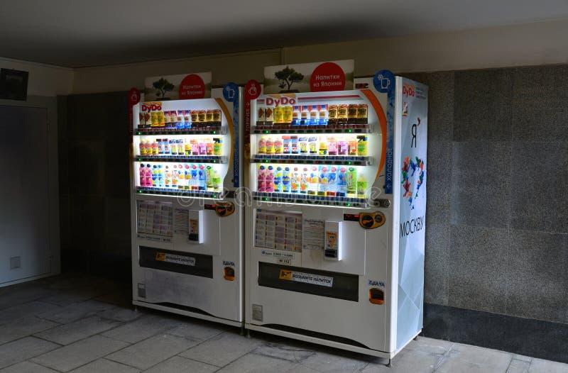 Moskva Ryssland - mars 14, 2016 Japanska företag DyDo för varuautomater för drinkar i gångtunnel royaltyfri bild