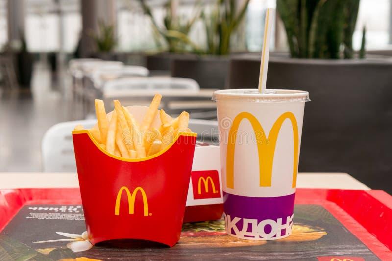 Moskva Ryssland, mars 15 2018: Meny för hamburgare för Mac för McDonald ` s stor, pommes frites och coca - cola fotografering för bildbyråer