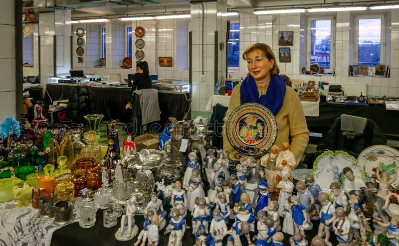 Moskva Ryssland - mars 19, 2017: Räknare med keramisk tappning och porslin Selektiv fokus på den färgrika plattan royaltyfria foton