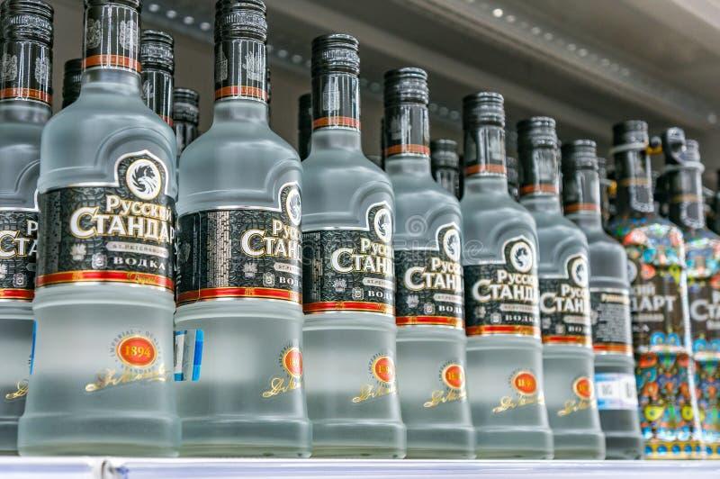 Moskva Ryssland - mars 12, 2018: Rysk standard vodka Det berömda vodkamärket Alkoholprodukt i en shoppa fotografering för bildbyråer