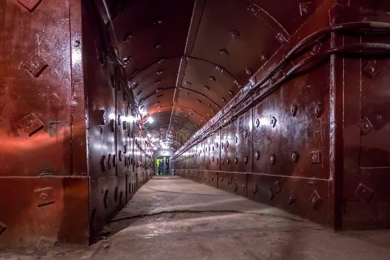 Moskva Ryssland - mars 2013: Tunnel på Bunker-42, anti--kärn- underjordisk lätthet av Sovjetunionen royaltyfri foto