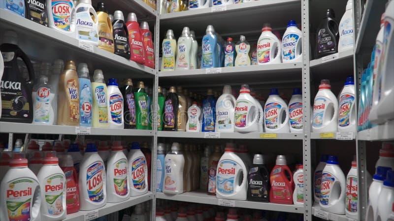Moskva Ryssland -, May 2017: Färgplast-flaskor i rad gem Lager av tvättmedel på fabriken arkivbild