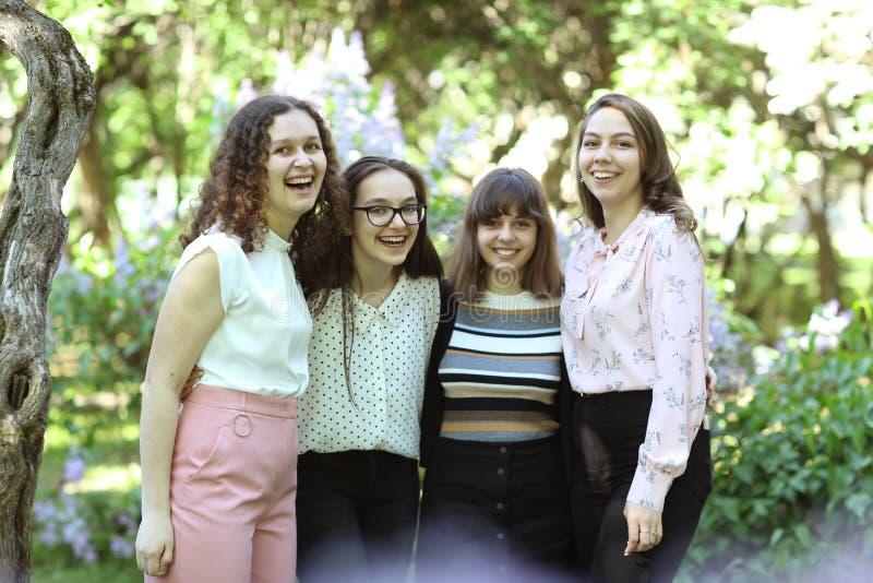 Moskva Ryssland, May22,2019: Sista grupp för skolastudent på högtidlig avläggande av examenstudentbaldag i Moskvalyceum royaltyfria foton