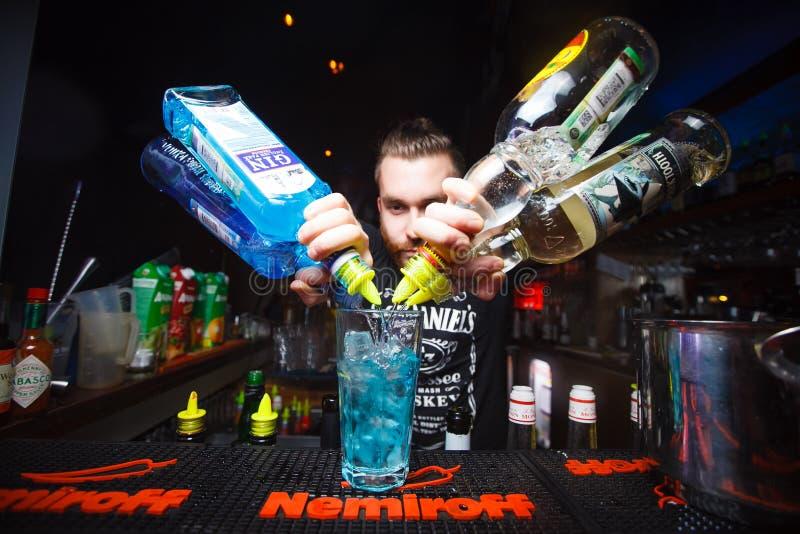 MOSKVA RYSSLAND - NOVEMBER 10, 2016: Bartendern förbereder den alkoholiserade coctailen på stången Nemiroff fotografering för bildbyråer