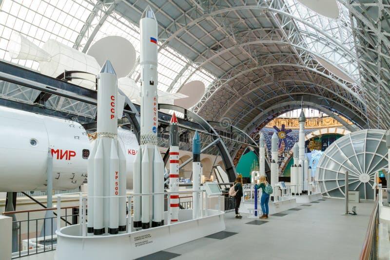 Moskva Ryssland - November 28, 2018: Inre av utrymmepaviljongen på VDNH Den Proton raketfamiljen är en familj av utrymme royaltyfria foton
