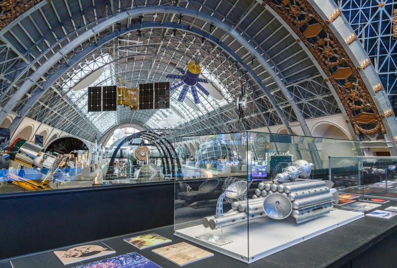 Moskva Ryssland - November 28, 2018: Inre utställning i utrymmepaviljongen på VDNH Modernt museum av rysskosmos royaltyfria foton
