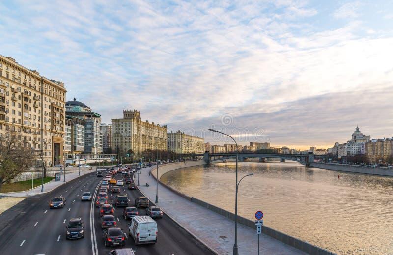 Moskva Ryssland - November 2 2017 Sikter av den Smolenskaya invallningen och den Borodino bron royaltyfri foto