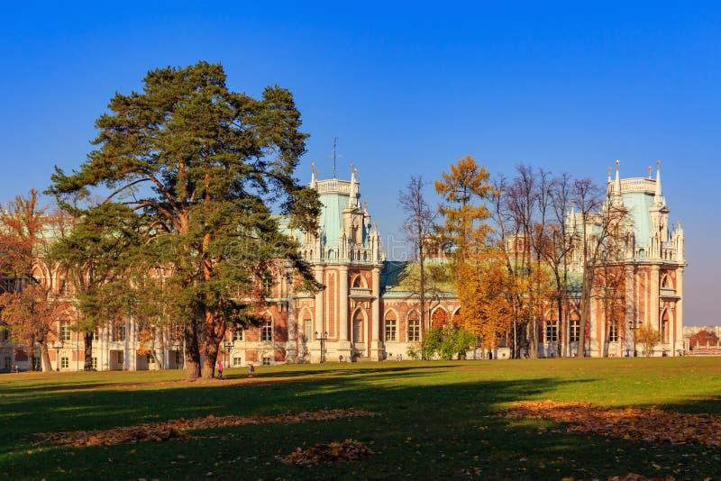Moskva Ryssland - Oktober 17, 2018: Den storslagna slotten i Tsaritsyno parkerar i Moskva på en bakgrund av den gamla högväxta gr arkivbilder