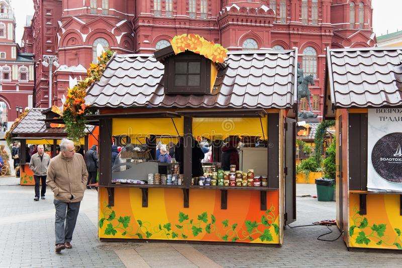 MOSKVA RYSSLAND - OKTOBER 06, 2016: Gatan shoppar i mitten av Moskva i den festliga garneringen för hösten arkivfoto