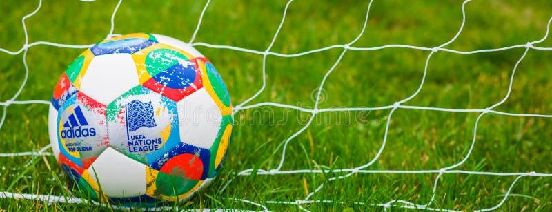 Moskva Ryssland, Oktober 7, 2018: Liga för Adidas UEFA-nationer, officiell matchbollglidflygplan på gräset, baner arkivbild