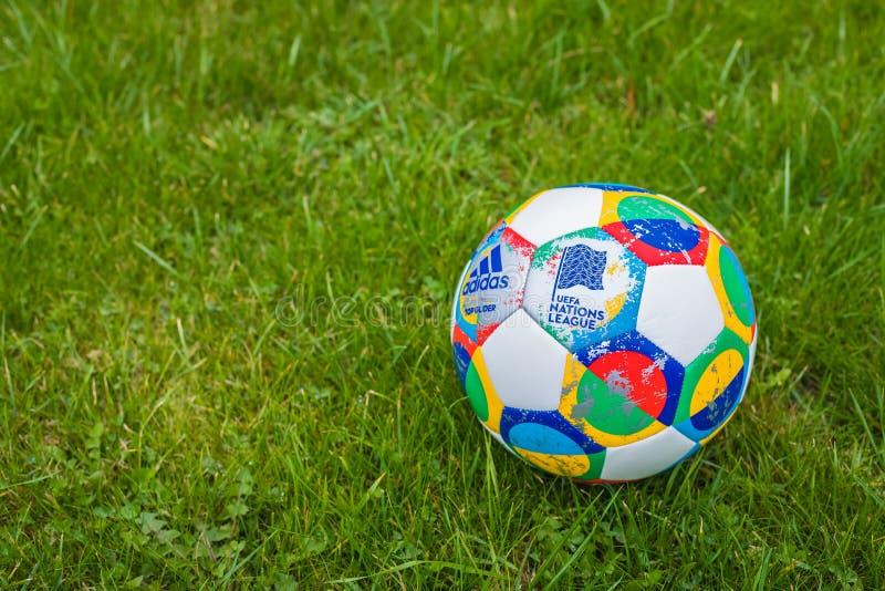 Moskva Ryssland, Oktober 7, 2018: Liga för Adidas UEFA-nationer, officiell matchbollglidflygplan på gräset, baner arkivfoto