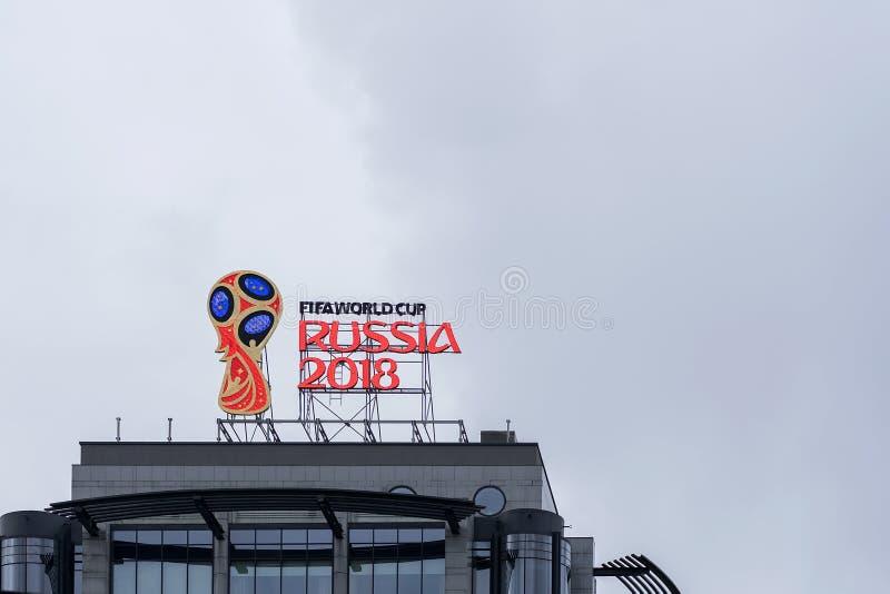 MOSKVA RYSSLAND - OKTOBER 28, 2017 officiellt emblem, logo av den 2018 världscupen på taket av byggnad royaltyfri fotografi
