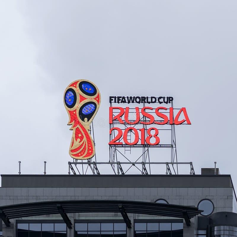 MOSKVA RYSSLAND - OKTOBER 28, 2017 officiellt emblem, logo av den 2018 världscupen på taket av byggnad på en av huvudstad royaltyfri fotografi
