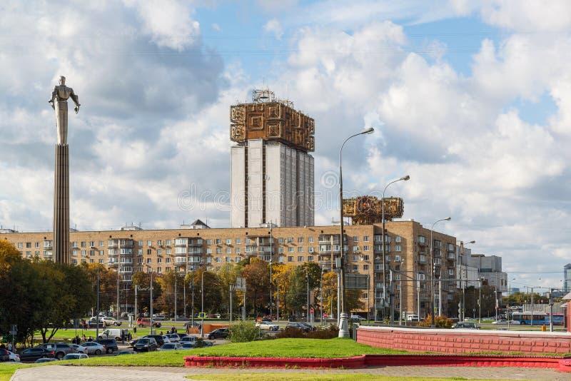 Moskva Ryssland-Oktober 01 2016 Sikt av monumentet till Gagarin och byggnad av presidiet av den ryska akademin av vetenskaper arkivbilder