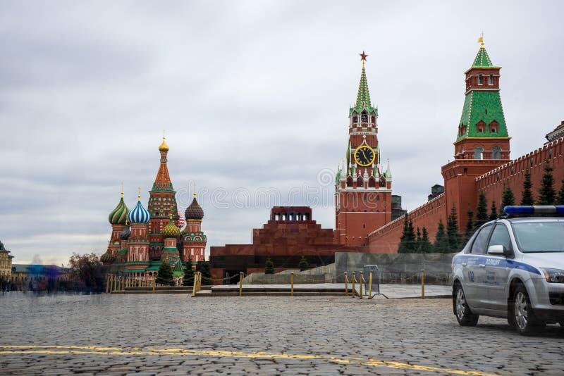 Moskva Ryssland, röd fyrkant, sikt av St-basilikas domkyrka i påsk arkivfoto