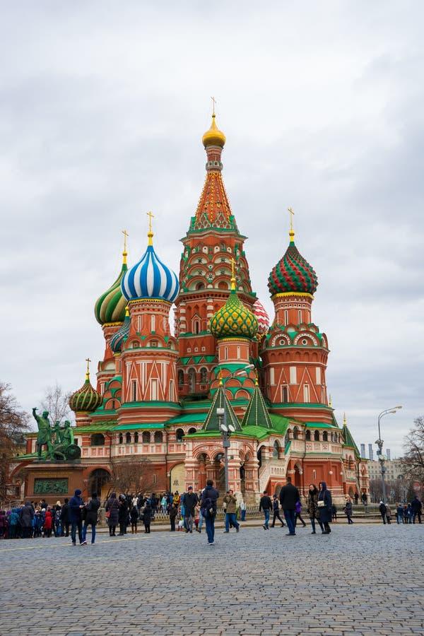 Moskva Ryssland, röd fyrkant, sikt av St-basilikas domkyrka i påsk arkivbilder