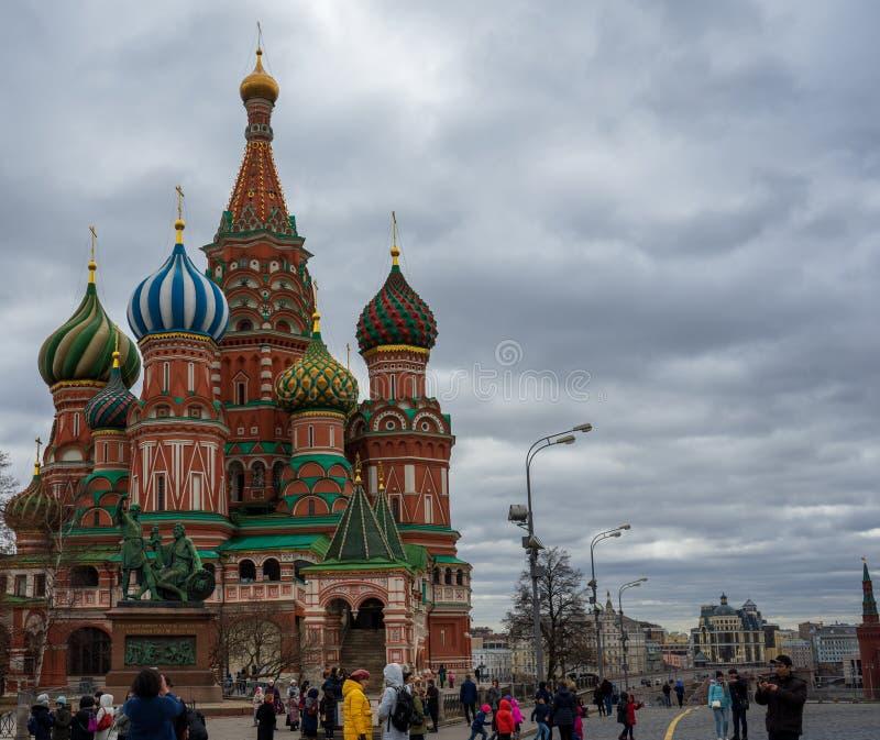 Moskva Ryssland, röd fyrkant, sikt av St-basilikas domkyrka i påsk arkivfoton