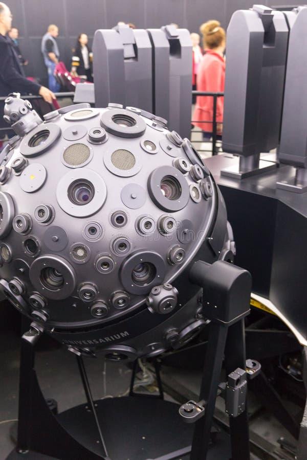 MOSKVA RYSSLAND - SEPTEMBER 28: Den optomechanical Cosmorama projektorn av planetariet i Moskva Planetariet framlägger royaltyfria foton