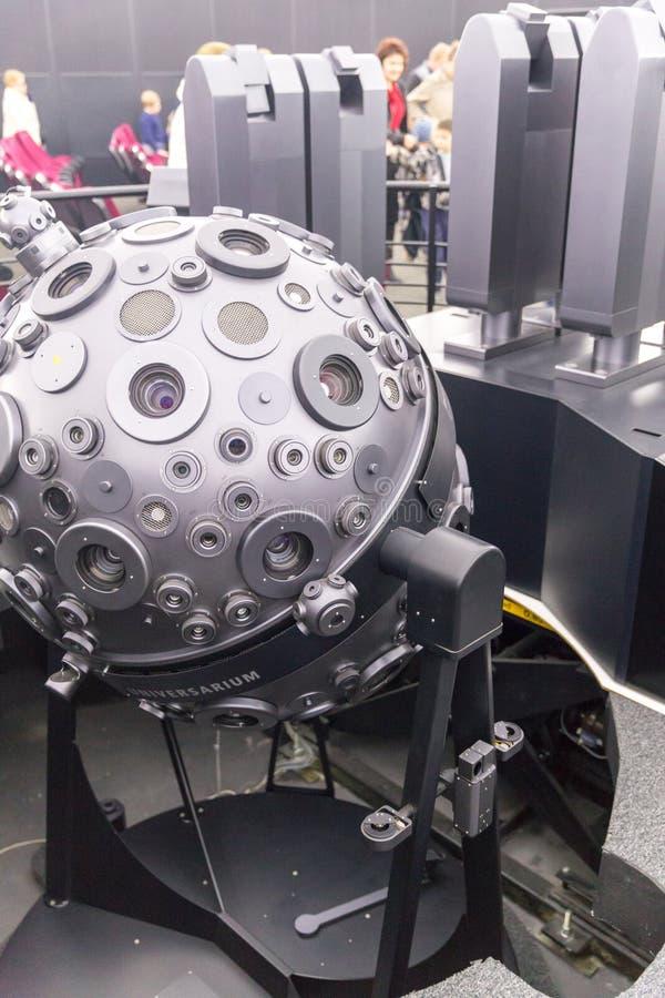 MOSKVA RYSSLAND - SEPTEMBER 28: Den optomechanical Cosmorama projektorn av planetariet i Moskva Planetariet framl?gger royaltyfri bild