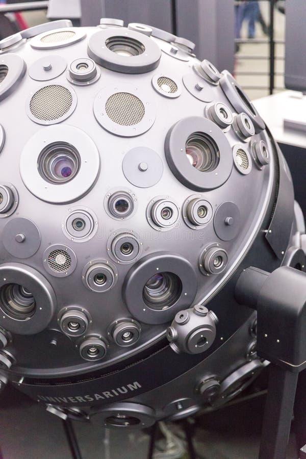 MOSKVA RYSSLAND - SEPTEMBER 28: Den optomechanical Cosmorama projektorn av planetariet i Moskva Planetariet framl?gger royaltyfria foton