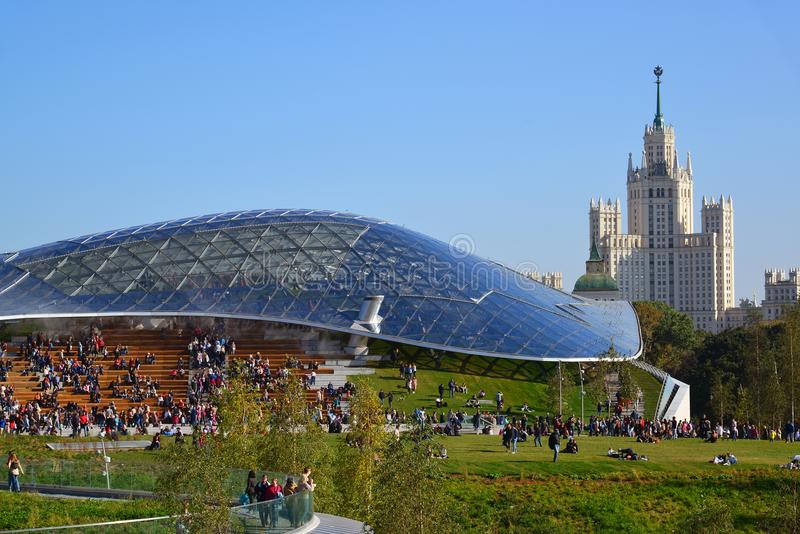 Moskva Ryssland - September 23 2017 Det Glass skället och amfiteatern i nytt parkerar Zaryadye royaltyfria bilder