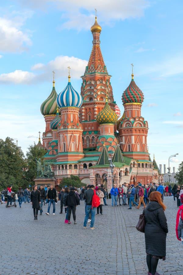 MOSKVA RYSSLAND - September 30, 20018: Domkyrka av Vasily den välsignade Sanka domkyrkan för basilika` s på röd fyrkant på solned arkivbild