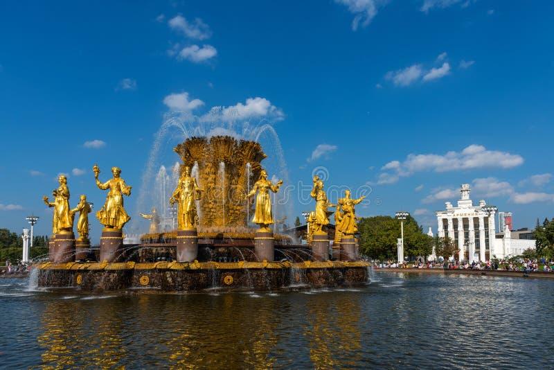 MOSKVA RYSSLAND - SEPTEMBER 22, 2018: Folkkamratskapspringbrunn och paviljong Armenien i VDNKhen i Moskva royaltyfri fotografi