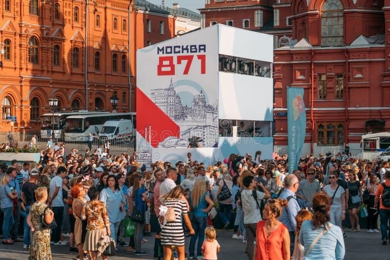 Moskva Ryssland - 9 September 2018: Folkmassor av att gå folk, turister i centrum av Moskva nära röd fyrkant royaltyfria foton