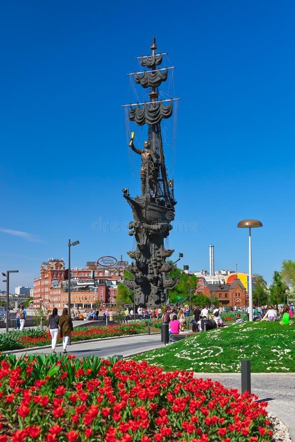 MOSKVA RYSSLAND - SEPTEMBER 05: Gå folk och monumentet till Pe arkivbilder