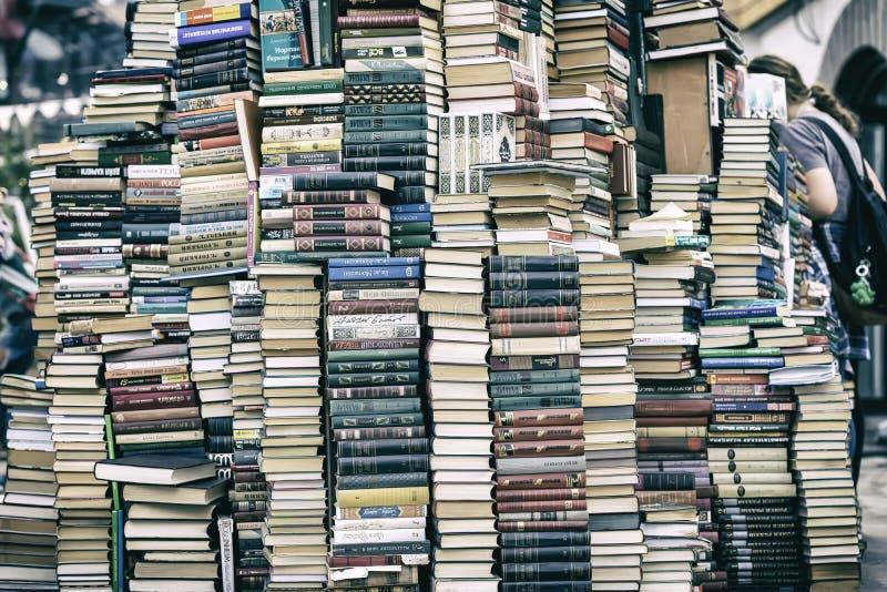 MOSKVA RYSSLAND - SEPTEMBER 22, 2018: Hög av gamla böcker i loppmarknaden, kulturell komplex Kreml i Izmailovo i Moskva royaltyfri bild