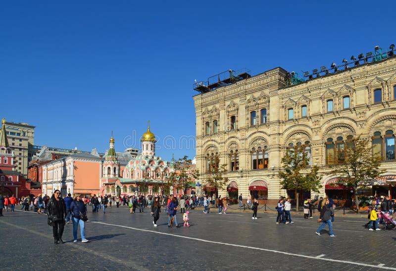 Moskva Ryssland - September 23 2017 Kyrka av den Kazan symbolsmodern och gummi av guden på röd fyrkant arkivbild