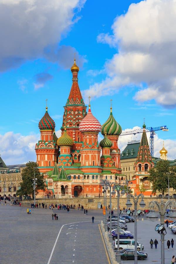 Moskva Ryssland - September 30, 2018: Sikt av St-basilikas domkyrka på röd fyrkant mot blå himmel med moln i solig dag royaltyfri fotografi