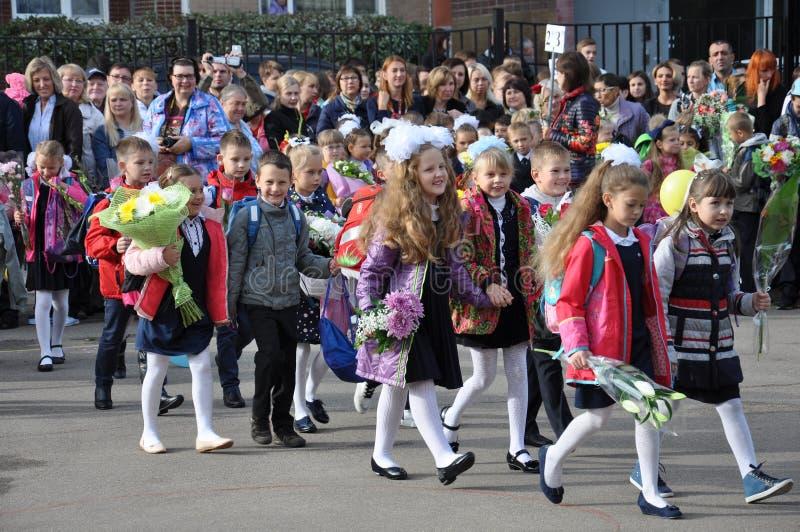 Moskva Ryssland - September 1 2015 skolbarn på den första skoladagen på festivalen royaltyfri foto