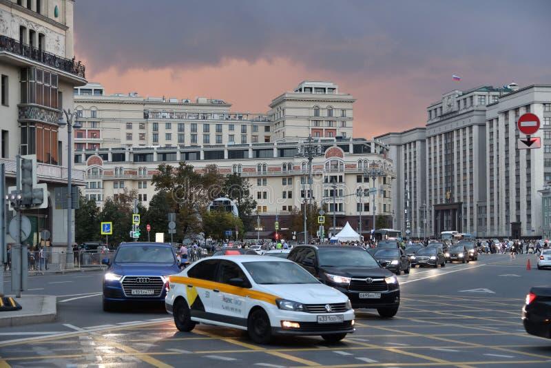 Moskva Ryssland - September 22 2018 trafik på scenisk passage en av huvudsakliga gator arkivfoto