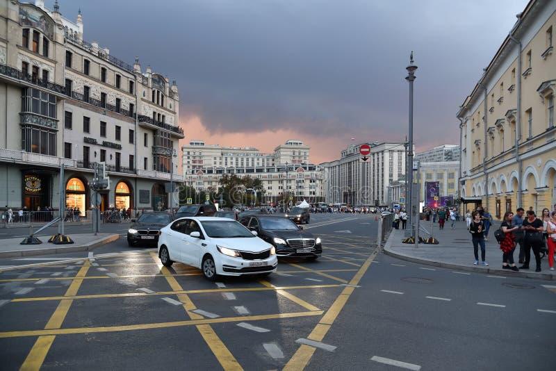 Moskva Ryssland - September 22 2018 trafik på scenisk passage en av huvudsakliga gator royaltyfri foto