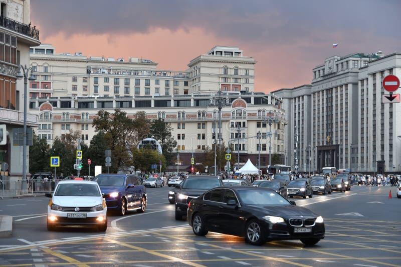 Moskva Ryssland - September 22 2018 trafik på scenisk passage en av huvudsakliga gator av huvudstad royaltyfria bilder