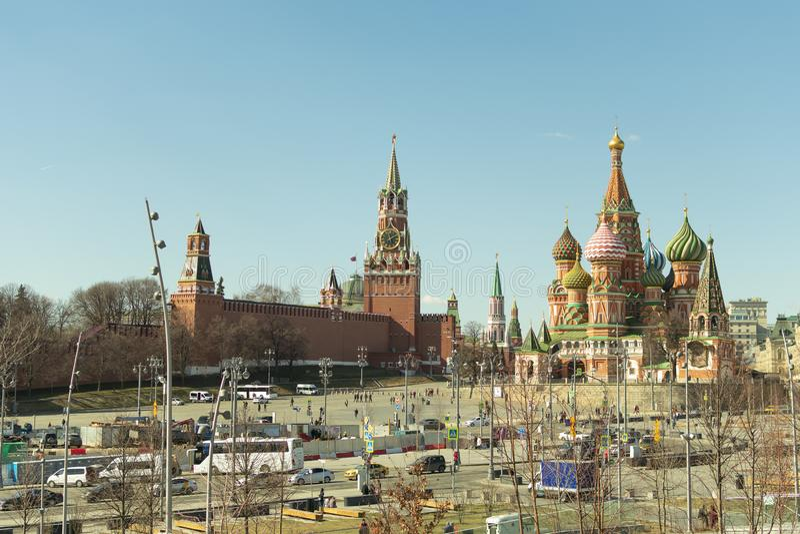 Moskva/Ryssland - 04 2019: sikt av Kreml och St-basilikas domkyrka i den tidiga våren arkivfoto