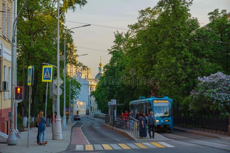 Moskva/Ryssland - spårvagn som lämnar stationen av Chistie Prudi royaltyfri fotografi