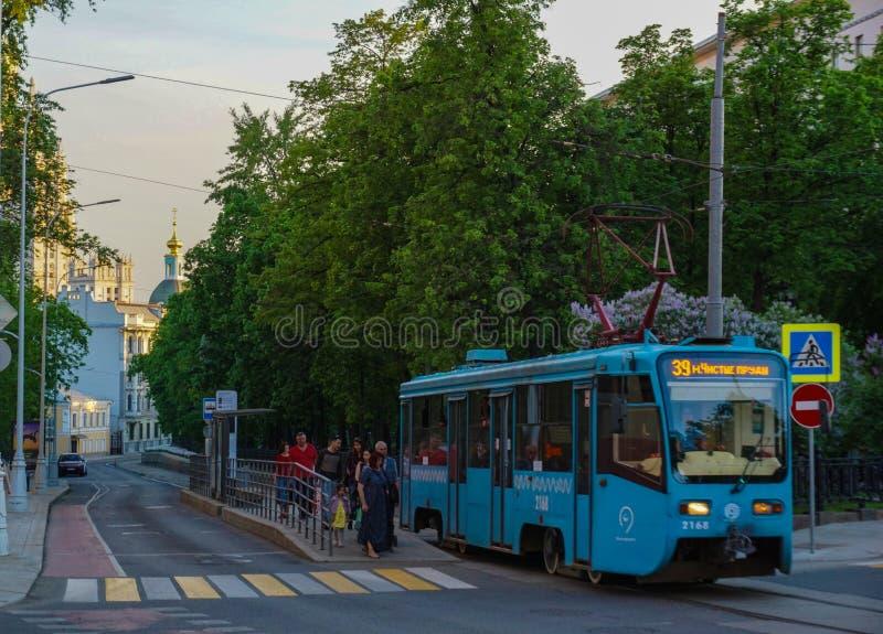 Moskva/Ryssland - spårvagn som lämnar stationen av Chistie Prudi arkivbild