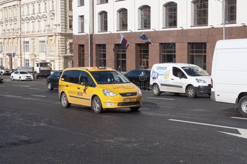 Download Moskva Ryssland 21 09 2015 Taxien I Trafik På Teatergatan Redaktionell Bild - Bild av skrovlighet, taxa: 78732356