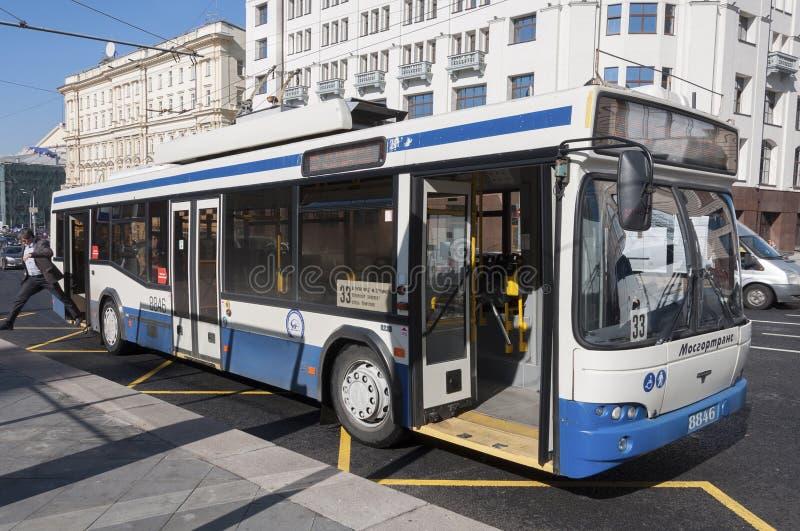Download Moskva Ryssland 21 09 2015 Trådbussrutt 33 På Teatergatan Redaktionell Arkivbild - Bild av trolleybus, gata: 78731922