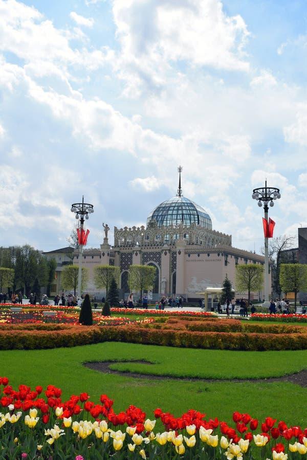 Moskva Ryssland, VDNH Metallurgier Kasakhstan för paviljong 11 Byggande med en blå exponeringsglaskupol arkivfoton
